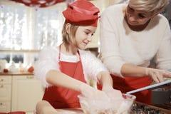 Мама и дочь в кухне Стоковая Фотография RF