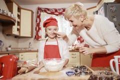 Мама и дочь в кухне Стоковые Изображения