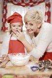 Мама и дочь в кухне Стоковая Фотография