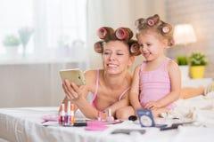Мама и дочь в спальне Стоковая Фотография RF