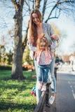 Мама и дочь имеют потеху Стоковые Изображения