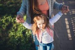 Мама и дочь имеют потеху Стоковая Фотография