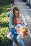 Мама и дочь имеют потеху Стоковые Фото