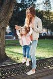 Мама и дочь имеют потеху Стоковые Изображения RF