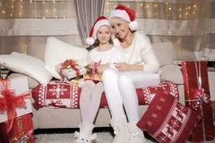 Мама и дочь на кресле с настоящими моментами Стоковое фото RF