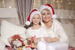 Мама и дочь на кресле с настоящими моментами Стоковые Фотографии RF