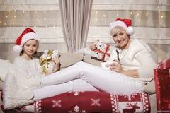 Мама и дочь на кресле с настоящими моментами Стоковые Фото
