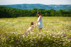 Мама и дочь на пикнике в стоцвете field 2 красивых блондинкы в стоцвете field на предпосылке лошади Стоковые Изображения