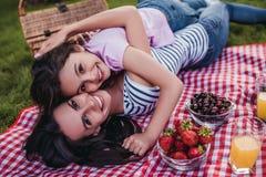 Мама и дочь на пикнике стоковое фото rf