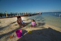 Мама и дочь на пляже Стоковые Фото