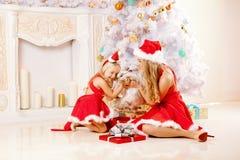 Мама и дочь одетые как Санта празднуют рождество Семья на Стоковые Фотографии RF
