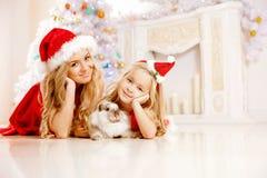 Мама и дочь одетые как Санта празднуют рождество Семья на Стоковое Изображение RF