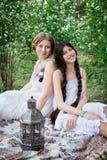 Мама и дочь портрета образа жизни внешние в саде Стоковые Изображения RF