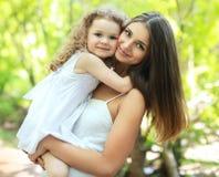 Мама и дочь портрета симпатичные Стоковые Фотографии RF