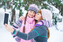 Мама и дочь сфотографированы в лесе зимы Стоковая Фотография RF