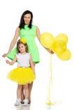 Мама и дочь с красочными воздушными шарами Стоковое Изображение RF