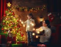 Мама и дочь украшают рождественскую елку Стоковое фото RF