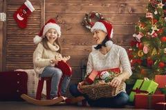 Мама и дочь украшают рождественскую елку Стоковые Фотографии RF