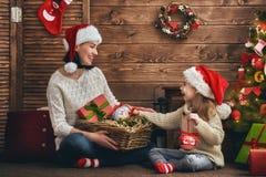 Мама и дочь украшают рождественскую елку Стоковые Изображения RF