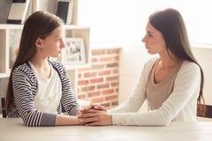 Мама и побеспокоенная дочь Стоковая Фотография RF