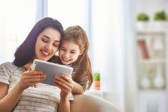 Мама и ребенок с таблеткой Стоковое Изображение RF