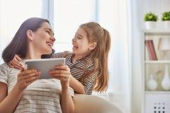Мама и ребенок с таблеткой стоковая фотография rf