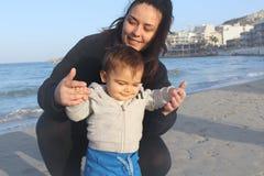 Мама и ребёнок играя на песке на пляже стоковые изображения rf