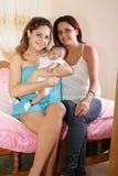 Мама и сестра с милым младенцем Стоковое Изображение RF