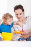 Мама и сын играя совместно Стоковое Фото