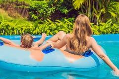 Мама и сын имеют потеху на аквапарк Стоковые Фотографии RF