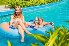 Мама и сын имеют потеху на аквапарк Стоковая Фотография RF