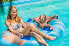 Мама и сын имеют потеху на аквапарк Стоковая Фотография