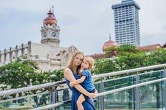 Мама и сын на предпосылке здания Abdul Samad султана в Куалае-Лумпур, Малайзии Путешествовать с концепцией детей стоковое изображение