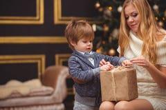 Мама и сын около рождественской елки стоковые изображения rf