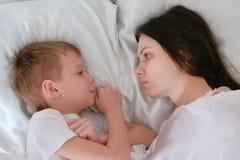 Мама и сын просыпают вверх и смотрят один другого стоковое изображение rf