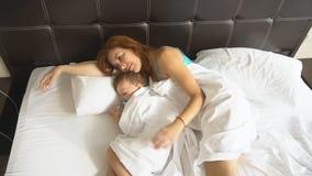 Мама и сын спят в утре в кровати на видеоматериал