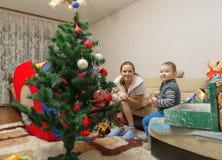 Мама и сын украшают рождественскую елку Стоковое Изображение RF