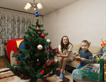 Мама и сын украшают рождественскую елку Стоковая Фотография