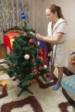 Мама и сын украшают рождественскую елку Стоковые Изображения RF
