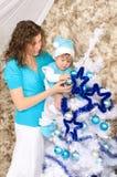 Мама и сын украшая рождественскую елку Стоковые Изображения RF