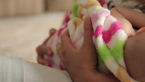 Мама кормя ее маленькую дочь грудью сток-видео