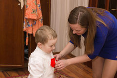 Мама кладет ее сына Стоковое Изображение
