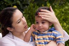 мама мальчика плача Стоковое фото RF
