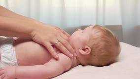 Мама массажирует tummy ` s младенца акции видеоматериалы