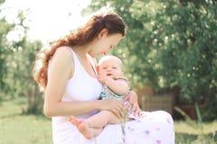 мама младенца Концепция счастливого материнства Фото с космосом экземпляра стоковое изображение rf