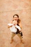мама младенца счастливая играя улицу стоковые фото