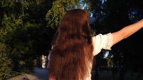 Мама надувает большие пузыри мыла в парке летом, весной для детей украшения на праздник сток-видео