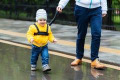 Мама обеспечивает ее ребенка во время прогулки Стоковая Фотография RF