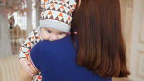 Мама обнимает ребёнок видеоматериал