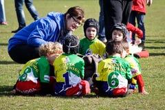 Мама обсуждая с нижними 12 игроками рэгби Стоковая Фотография RF